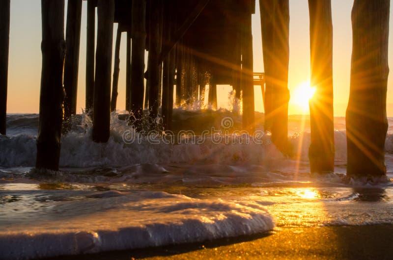 Schiuma del mare alla luce solare fotografia stock