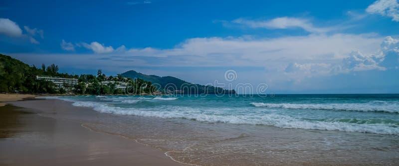 Schiuma dell'onda del mare sulla spiaggia di Karon, Phuket, Tailandia Paradiso esotico della spiaggia della Tailandia, Asia immagini stock