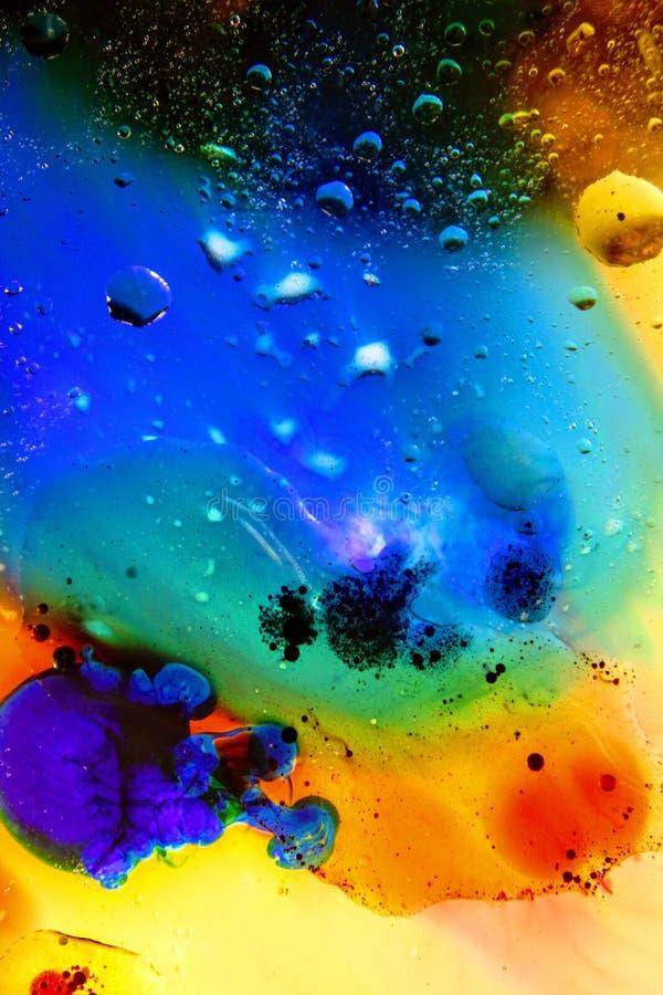 Schiuma di superficie di olio in acqua del fondo variopinto astratto di sapone con il macro primo piano del colpo delle bolle immagine stock libera da diritti
