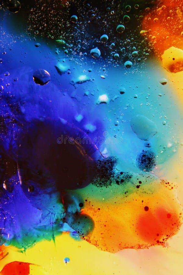 Schiuma di superficie di olio in acqua del fondo variopinto astratto di sapone con il macro primo piano del colpo delle bolle immagini stock