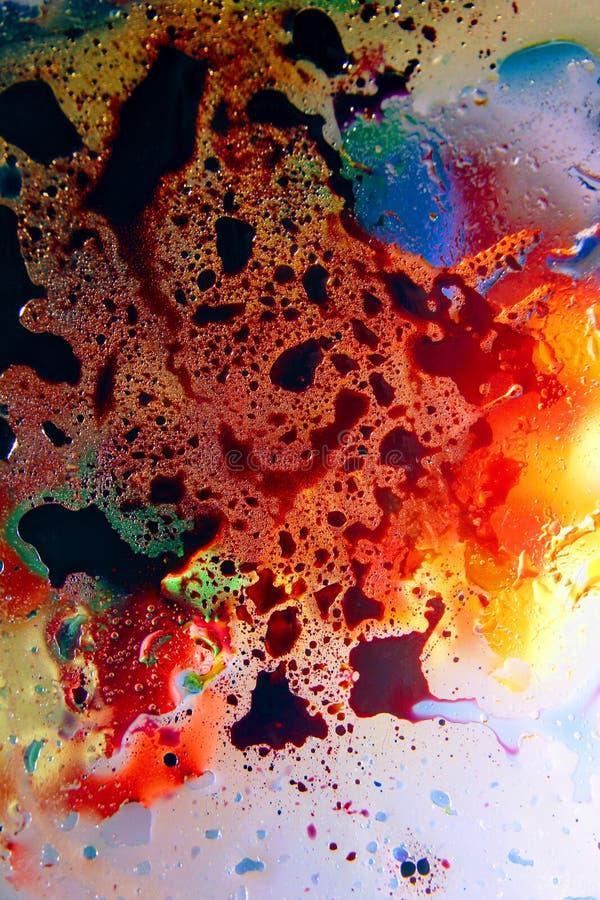 Schiuma di superficie di olio in acqua del fondo variopinto astratto di sapone con il macro primo piano del colpo delle bolle immagine stock