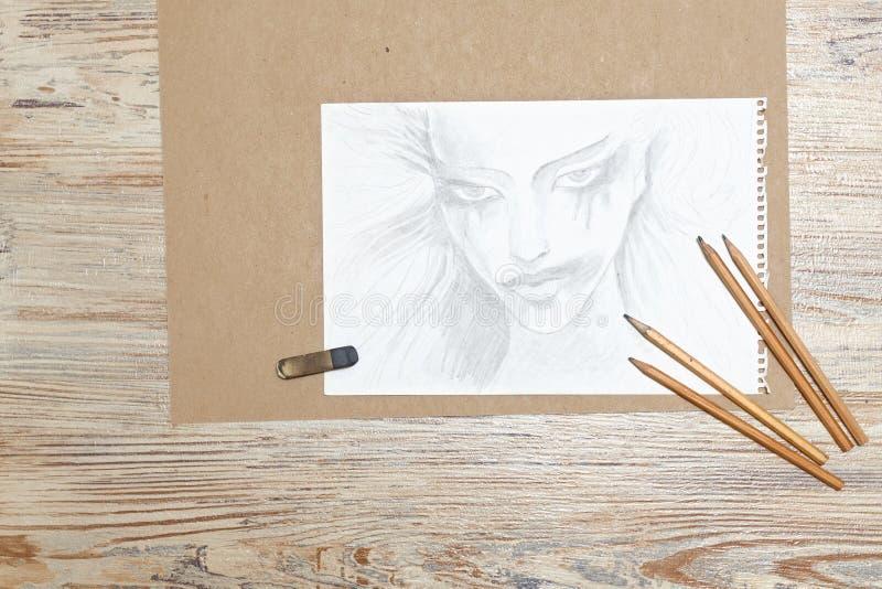 Schizza la ragazza, le matite e la gomma immagine stock libera da diritti