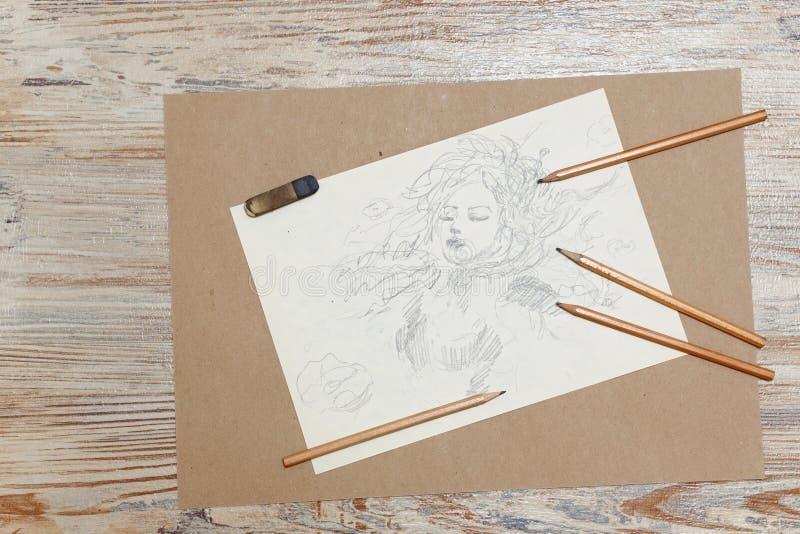 Schizza la ragazza, le matite e la gomma fotografie stock
