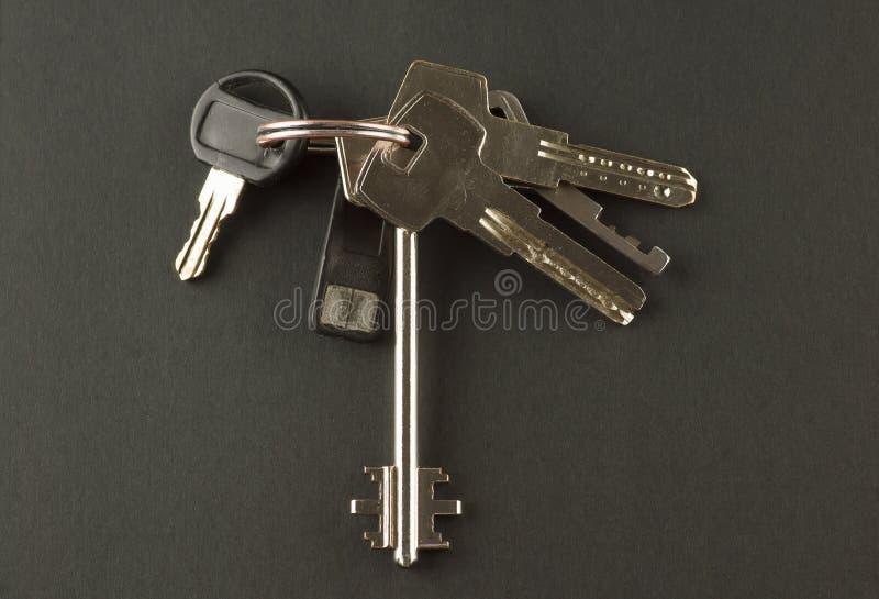 Schlüsselbund zur Wohnung auf einem schwarzen Hintergrund stockfoto