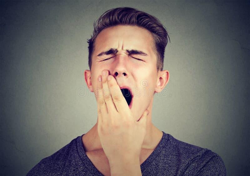 Schläfriger gähnender Mann Schlafentzug, Burnout, Trägheitskonzept stockfoto