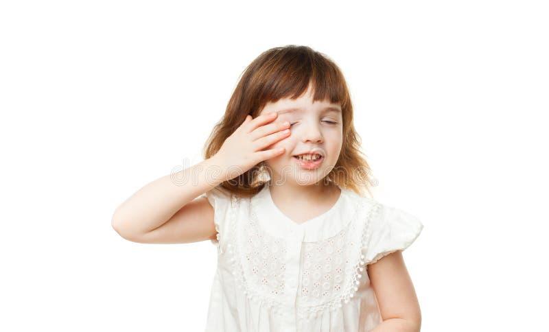 Schläfriges Mädchen 4-5 Jahre reibt seine Augen auf einem weißen Hintergrund lizenzfreies stockfoto
