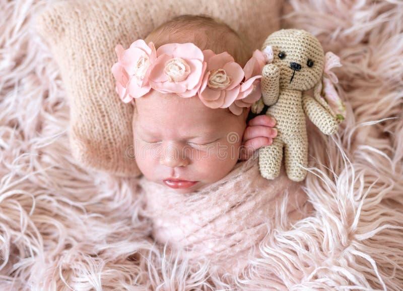 Schläfriges neugeborenes im Bett stockfotos