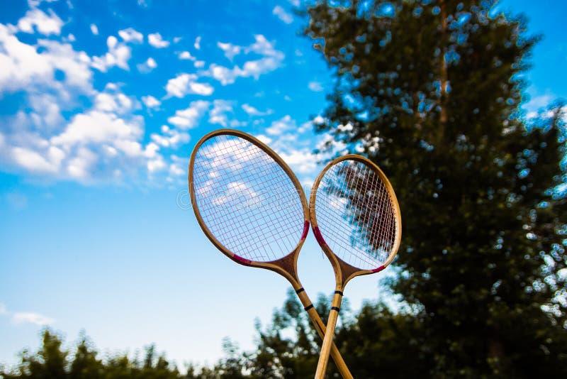Schläger für Badminton gegen den Himmel stockfotos