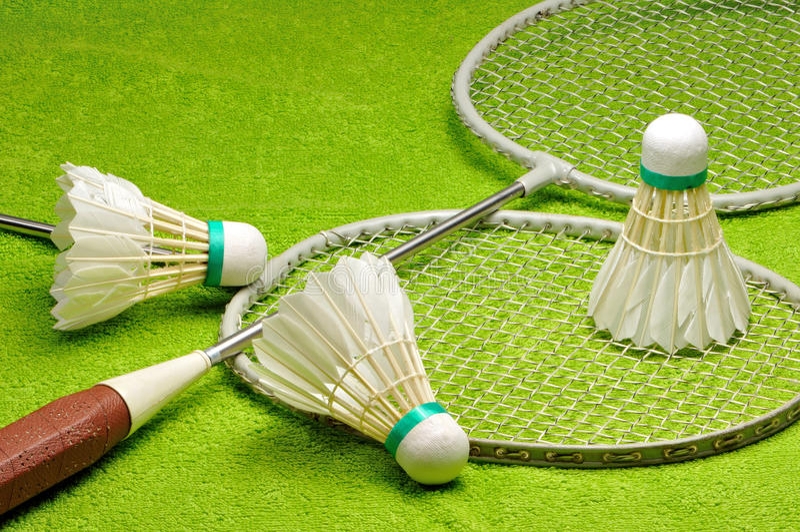 Schläger und Federbälle für Badminton stockbilder