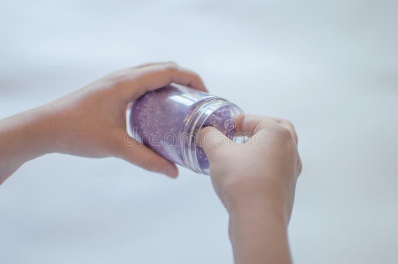 Schlämme in der Hand eines Kindes stockbild
