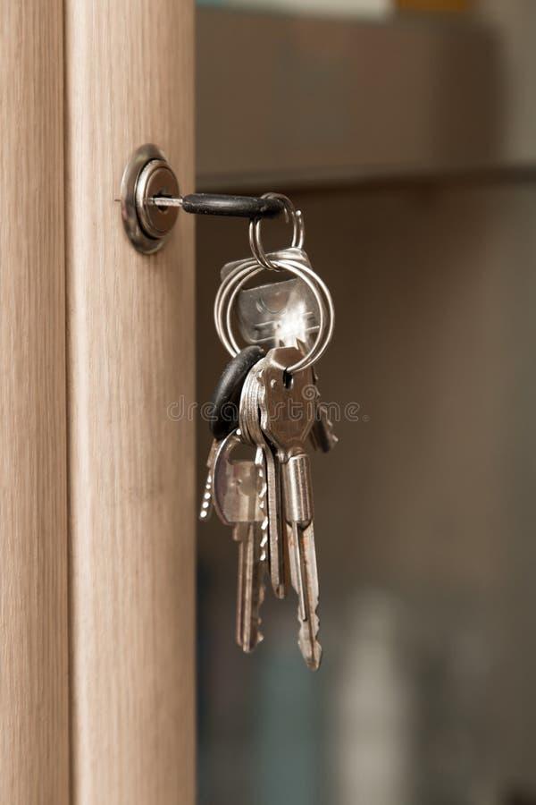 Schlüssel auf dem Kabinett stockfoto