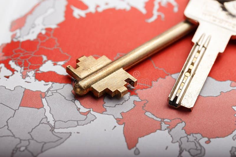 Schlüssel auf der Karte stockfotos