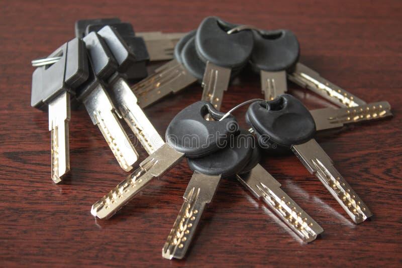 Schlüssel auf einem dunklen hölzernen Hintergrund lizenzfreie stockfotos