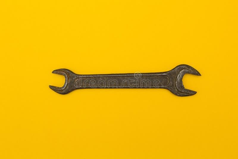 Schlüssel auf einem gelben Hintergrund lizenzfreie stockfotos