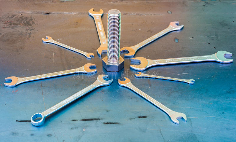 Schlüssel auf Stahlblech stockfotos