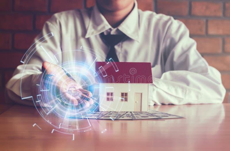 Schlüssel in der Hand und neues Haus, hinweisend vom Erfolg und von der Verpflichtung mit Datentechnologie-Geschäft Konzept lizenzfreie stockbilder