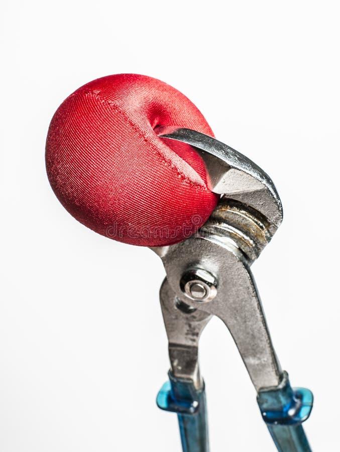 Schlüssel, der roten Druckball zusammendrückt stockfotografie