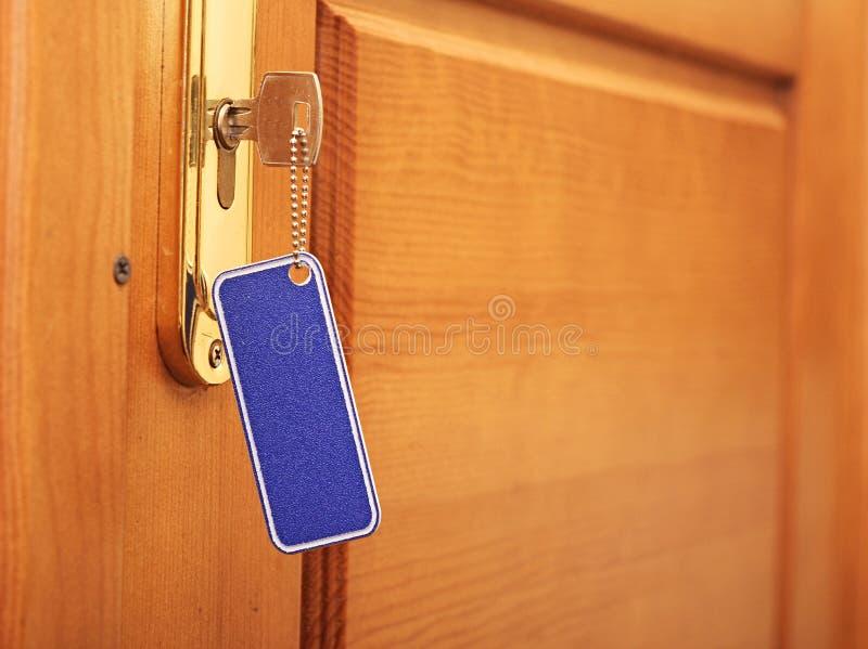 Schlüssel im Schlüsselloch stockfotos