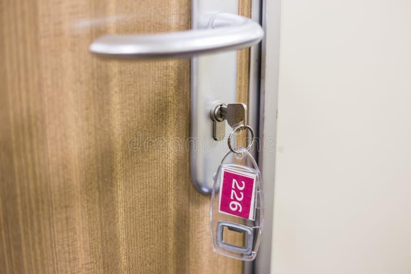 Schlüssel im Schlüsselloch auf Tür lizenzfreies stockfoto
