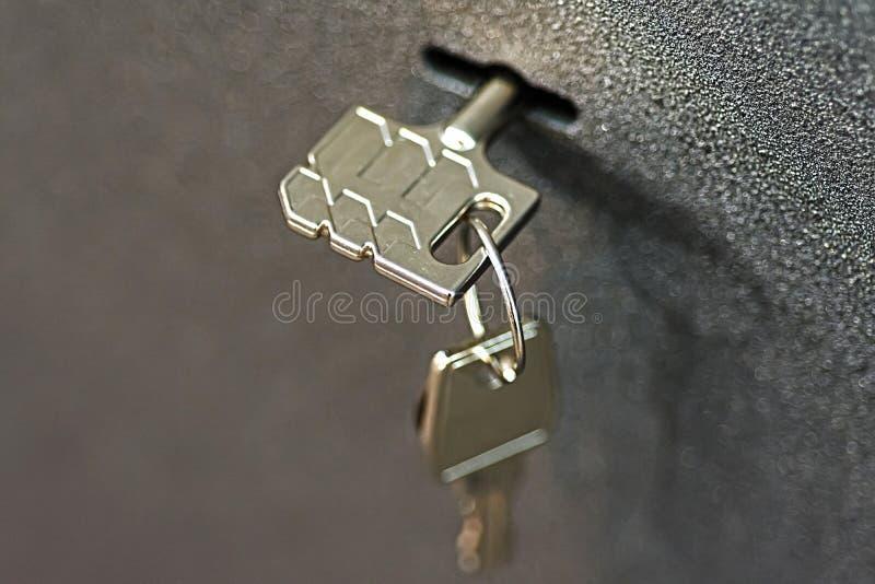 Schlüssel im Verschluss-Sicherheits-Schließfach lizenzfreie stockfotografie