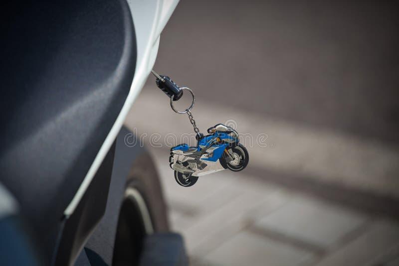 Schlüssel mit einem Trinket in Form eines laufenden Motorrades lizenzfreies stockbild