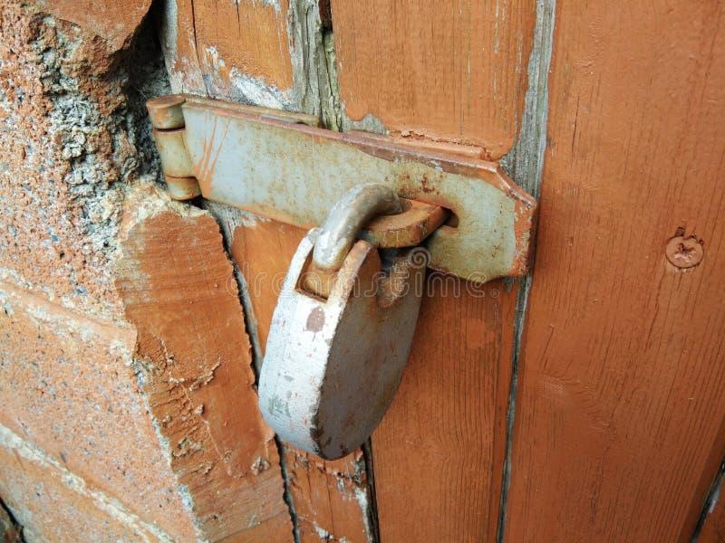 Schlüssel zugeschlossen auf Scharniere lizenzfreies stockfoto