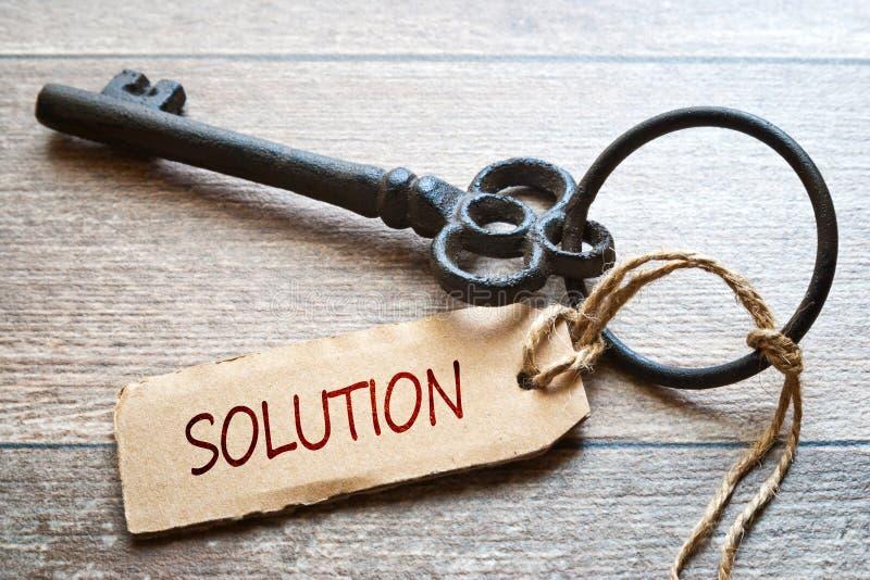 Schlüssel zum Erfolg - Konzeptfoto Alter Schlüssel mit Papieraufkleber auf hölzernem Hintergrund - Lösungstext stockfotos