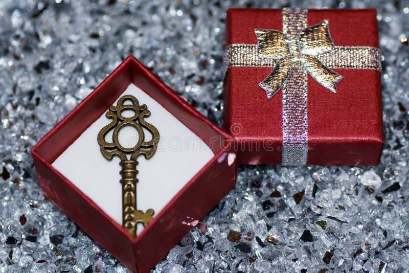 Schlüssel zum Herzen im Verpackungskasten für Schmuck auf funkelndem Hintergrund Geben Sie den Schlüssel zum Herzen lizenzfreie stockfotos