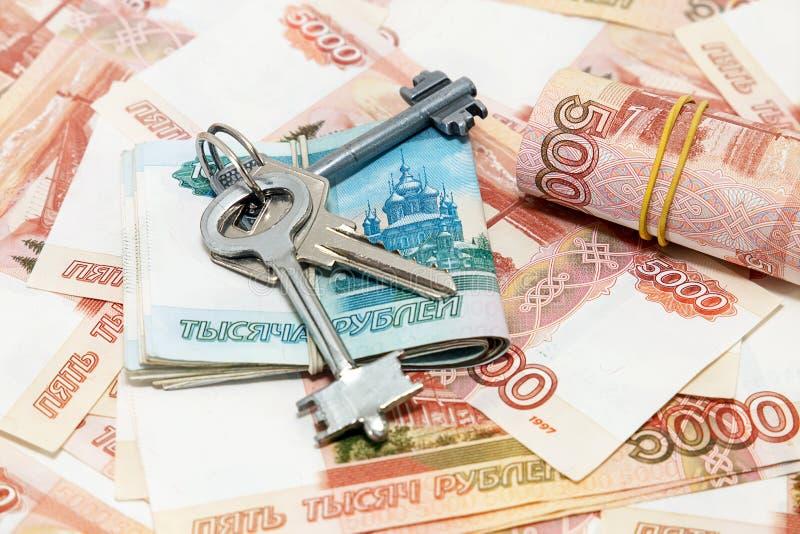 Schlüsselbund auf dem Hintergrundgeld stockfoto
