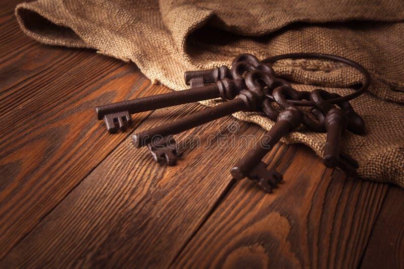Schlüsselbund auf einem Hintergrund von Leinwand und von Holz, rustikal stockfotos