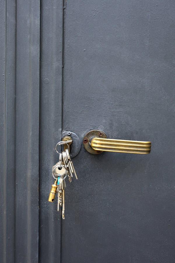 Schlüsselbund in einem Türschloss stockfotografie