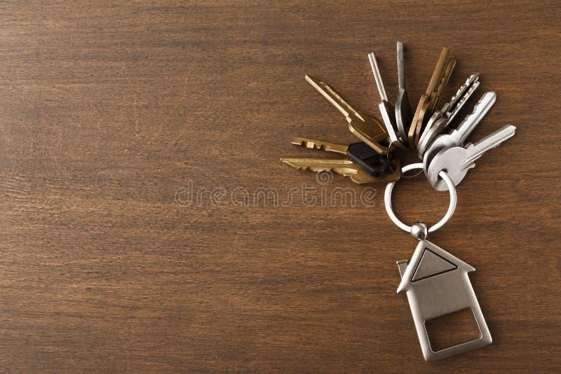 Schlüsselbund mit Haus formte keychain auf weißem Holz stockbild