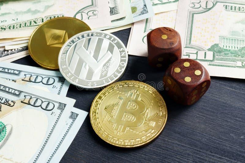 Schlüsseldevisenhandel Börse Cryptocurrency Münzen und würfelt lizenzfreie stockbilder
