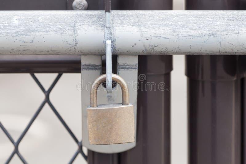 Schlüsselverschluß zugeschlossen an der Tür lizenzfreie stockfotos