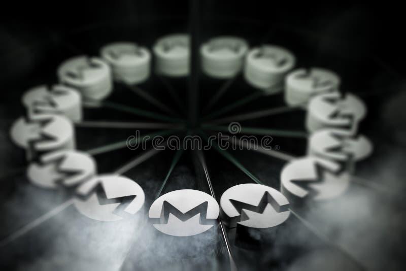 Schlüsselwährungszeichen Monero auf Spiegel und im Rauche umfasst lizenzfreie abbildung