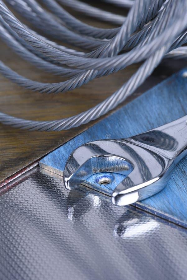 Schlüsselwerkzeug- und Drahtseil, Baugeräte stockfotografie