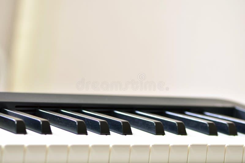 Schl?ssel eines Digitalpianos, weich einer Personenimprovisation fokussieren, der kreativen Stimmung und der Kreativit?t lizenzfreie stockfotografie