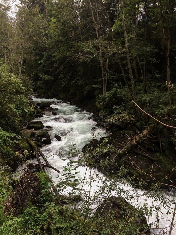 Schladming, Steiermark/Oostenrijk - September 19 2016: rivier runnin stock afbeeldingen