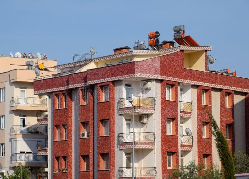 Schlafbereich von Antalya, niedriger Aufstiegsbau in den Nachbarschaften stockfotografie
