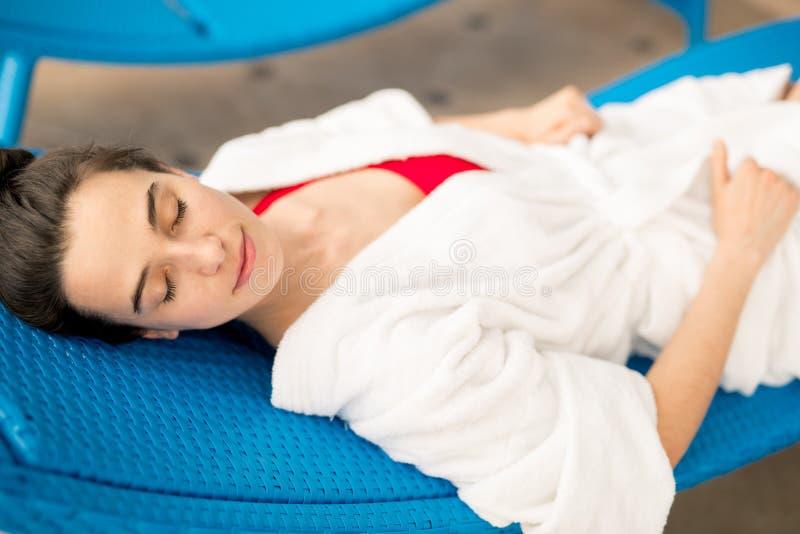 Schlafen auf deckchair lizenzfreies stockfoto