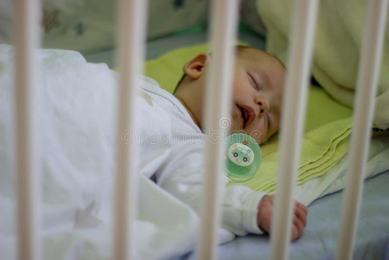Schlafen babyboy mit Nippel stockfoto