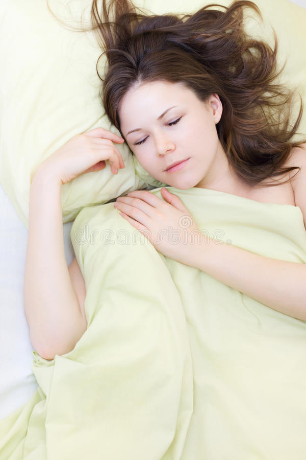 Schlafen der jungen Frau stockfoto