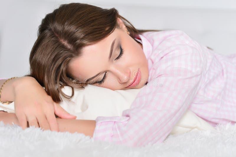 Schlafen der jungen Frau stockfotos