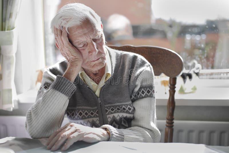 Schlafen des alten Mannes lizenzfreies stockfoto