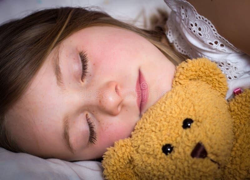 Schlafen des kleinen Mädchens lizenzfreie stockbilder