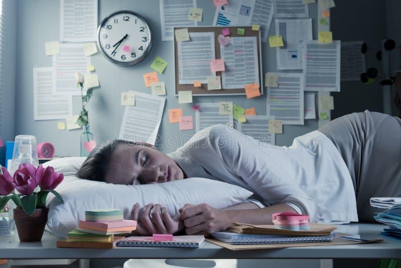 Schlafen im Büro stockbilder