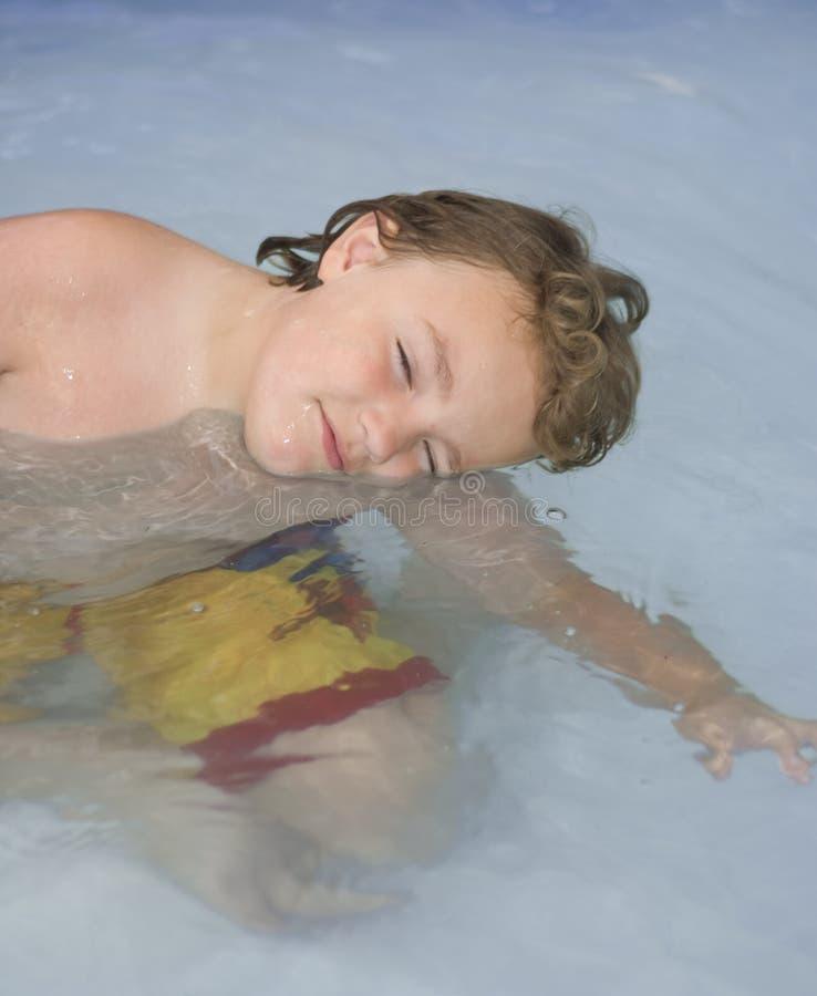 Schlafen oder Schwimmen stockbilder