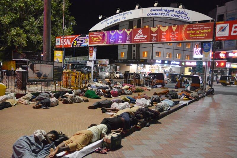 Schlafende Leute in Coimbatore lizenzfreie stockfotos