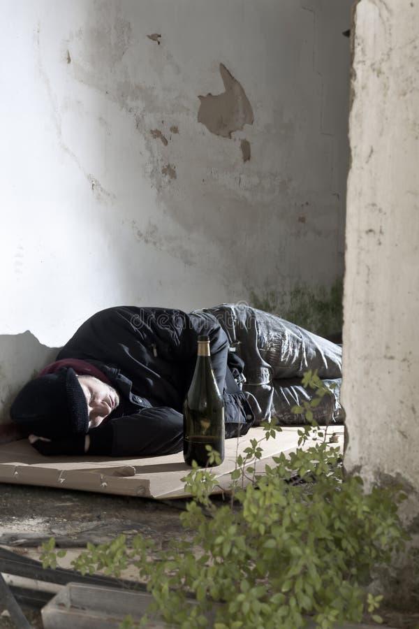 Schlafender Alkoholiker stockfotos