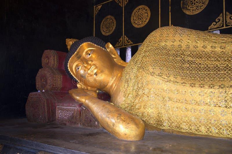 Schlafender Buddha Skulptur in einem der Tempel von Chiang Mai lizenzfreies stockbild